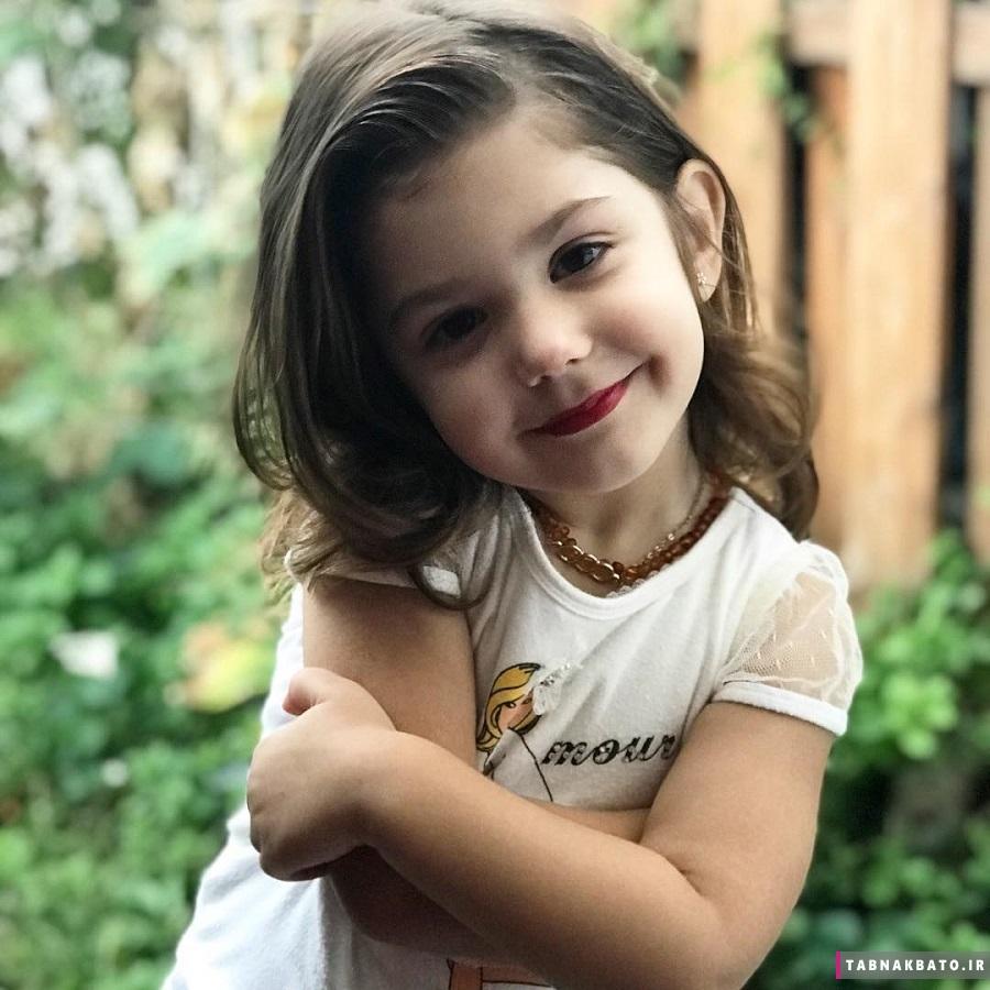 دختر بچه ای که آرایش او باعث شد پایش به فضای مجازی باز شود .