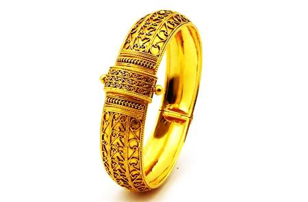 Broad-gold-bangles-models5