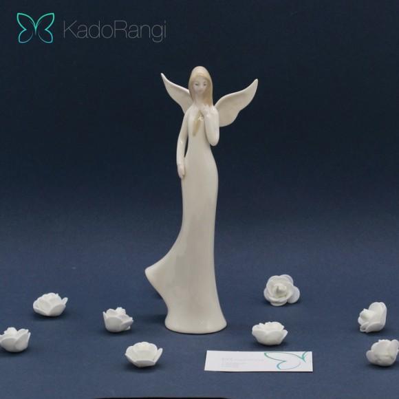 مجسمه مجسمه فرشته ایستاده